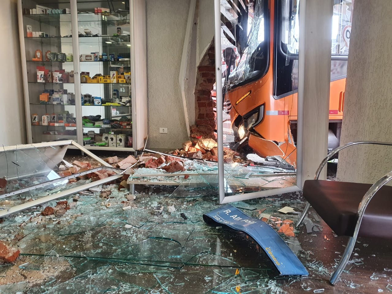 Ônibus invade loja de celulares, e dois passageiros ficam feridos em Curitiba