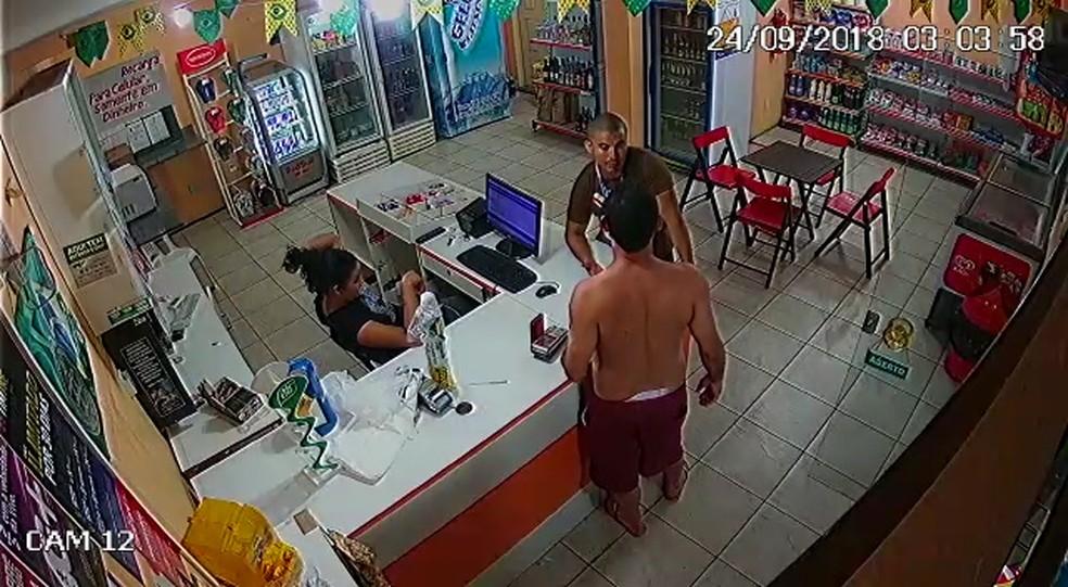 Policial e servidor público discutem dentro de loja de conveniência em São Luís — Foto: Reprodução/Divulgação