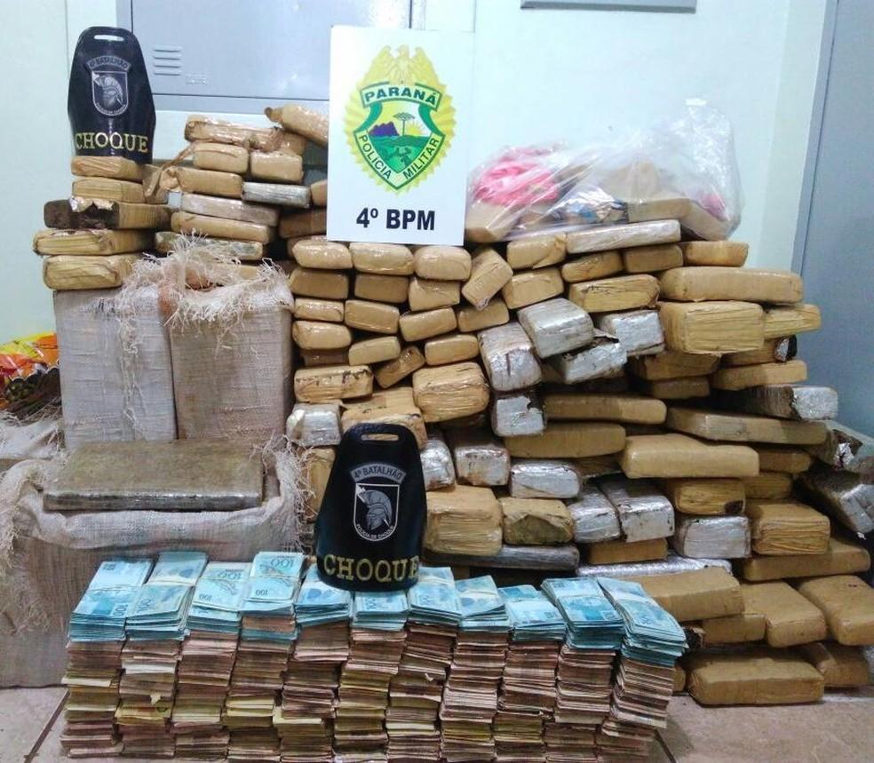 Mais de R$ 650 mil e 359 quilos de maconha foram apreendidos pela polícia após denúncia (Foto: Polícia Militar/Divulgação)