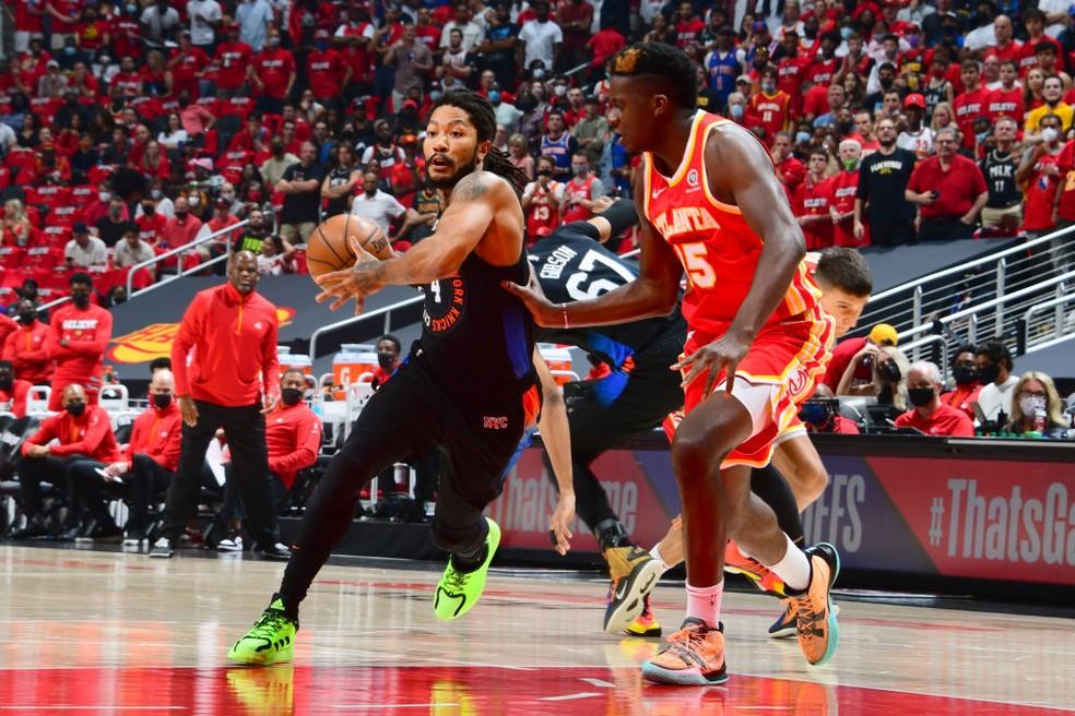 Derrick Rose tenta levar os Knicks ao ataque — Foto: Scott Cunningham/NBAE via Getty Images