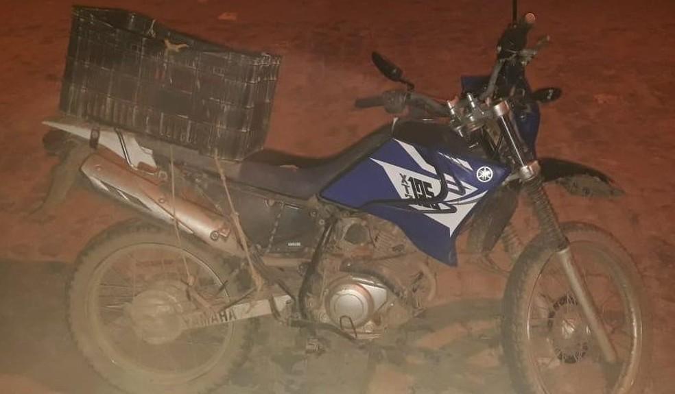 Uma moto também foi recuperada — Foto: Polícia Militar / Divulgação