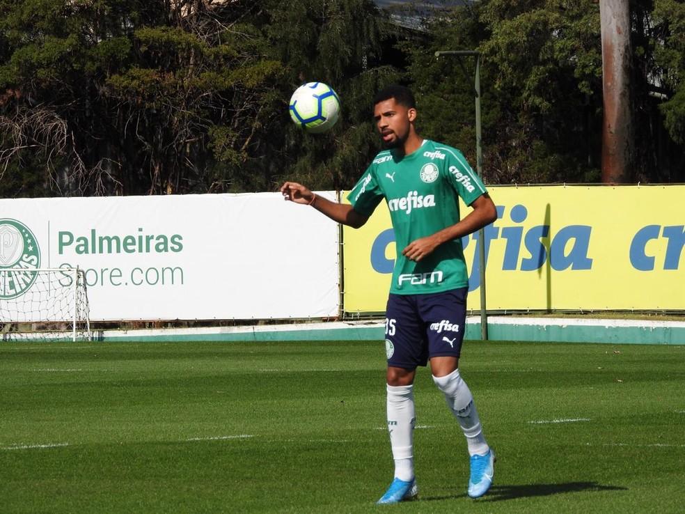 Matheus Fernandes pode entrar no meio de campo — Foto: Felipe Zito