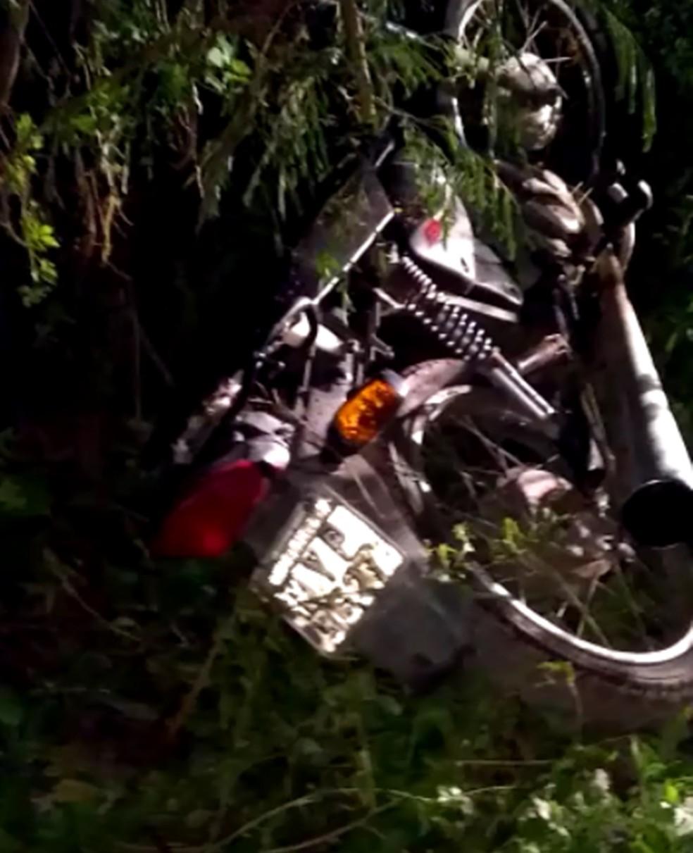 Moto em que a dupla estava ficou jogava no mato, na travessa onde aconteceu o crime — Foto: Redes Sociais