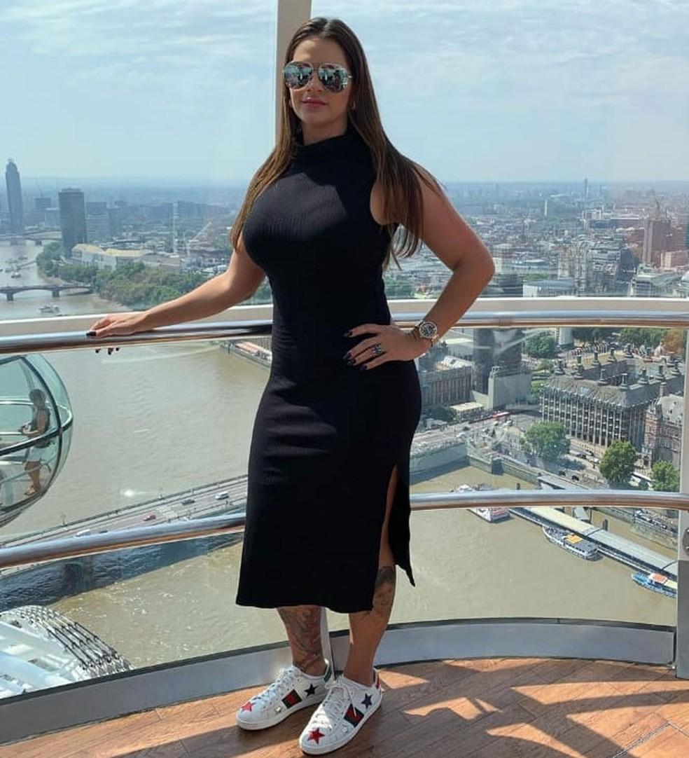 Shanna em foto publicada em rede social na qual ela aparece com a cidade de Londres ao fundo (8) — Foto: Reprodução / Rede social