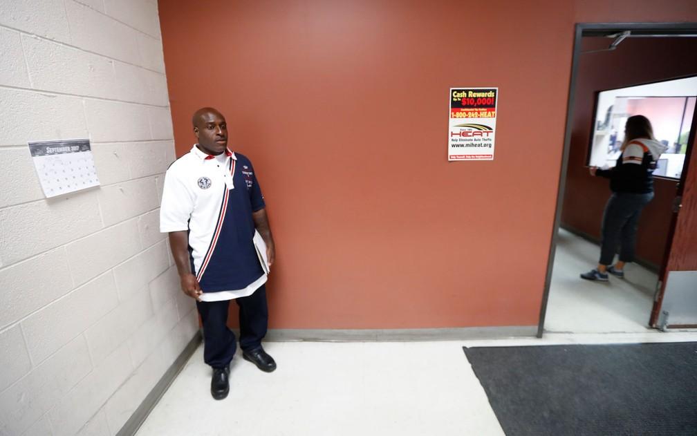 Bobby Hines aguarda para falar com seu agente de condicional em Detroit, no dia 12 de setembro (Foto: AP Photo/Paul Sancya)