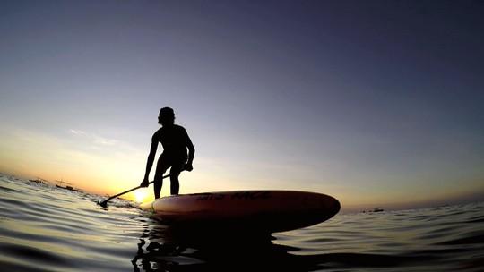 Atleta de stand up paddle mostra Salvador a partir de outro ângulo
