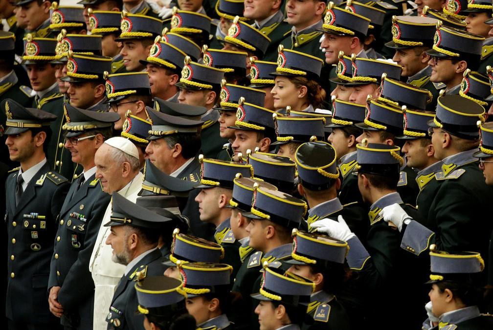 10 de janeiro - O Papa Francisco posa com cadetes da Guarda Italiana di Finanza durante uma audiência no salão Paulo VI, no Vaticano (Foto: Max Rossi/Reuters)