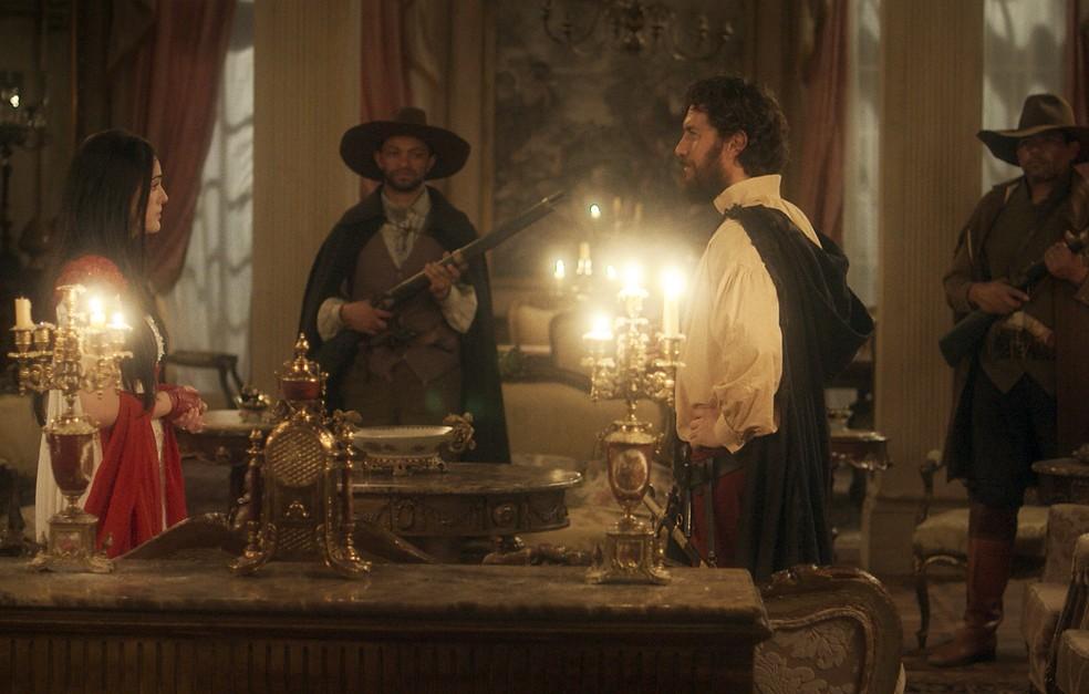 Thomas (Gabriel Braga Nunes) garante a Anna (Isabelle Drummond) que vão morar na Quinta, enquanto Vitoria vai para um orfanato, em 'Novo Mundo' — Foto: TV Globo