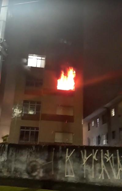 Incêndio atinge dois apartamentos e mobiliza bombeiros em São Vicente, SP