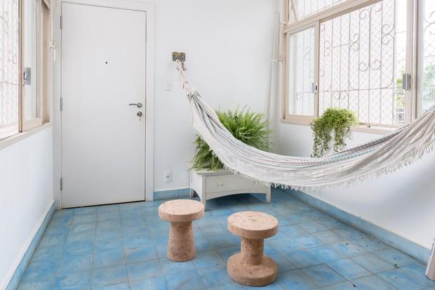 HALL DE ENTRADA | O ladrilho em azul sólido ajudou a criar o clima de casa do interior. Bancos no modelo Cork, desenhados por Jasper Morrison para a Movin Concept (Foto: Joana França / Divulgação)