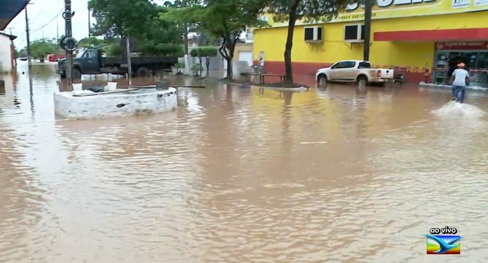 Os transtornos aumentaram durante a manhã na avenida JK. Os comerciantes tiveram prejuízos com a grande quantidade de água que inundou as lojas.  — Foto: Reprodução/ TV Mirante