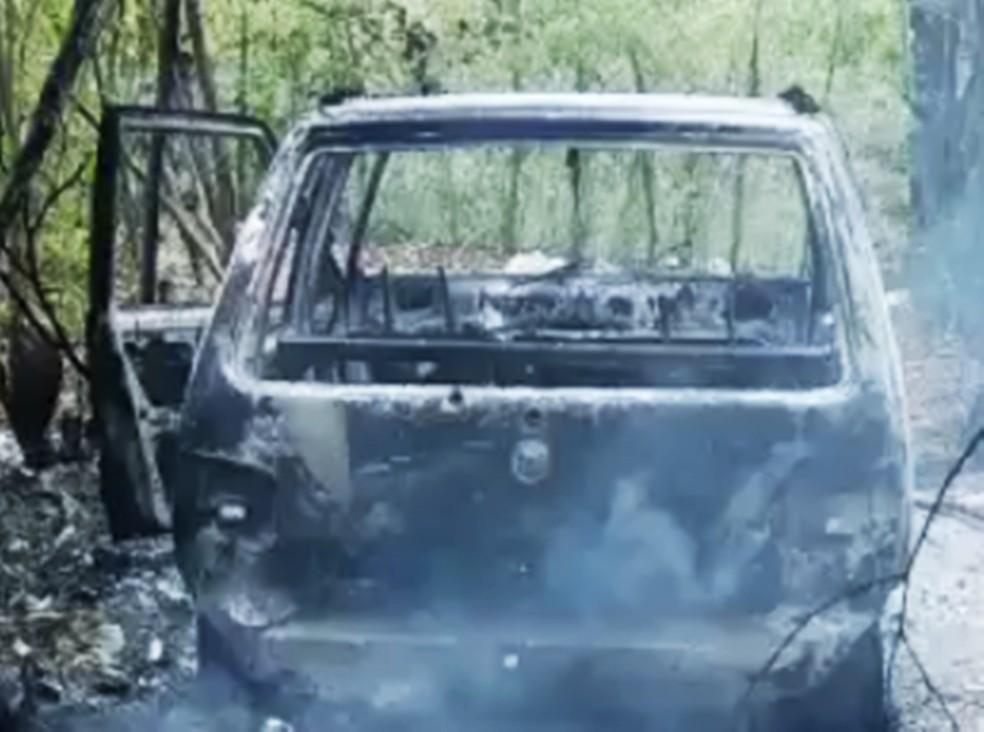 Carro incendiado e corpos foram encontrados entre as cidades de Parnamirim e Macaíba, na região metropolitana de Natal (Foto: Divulgação/PM)