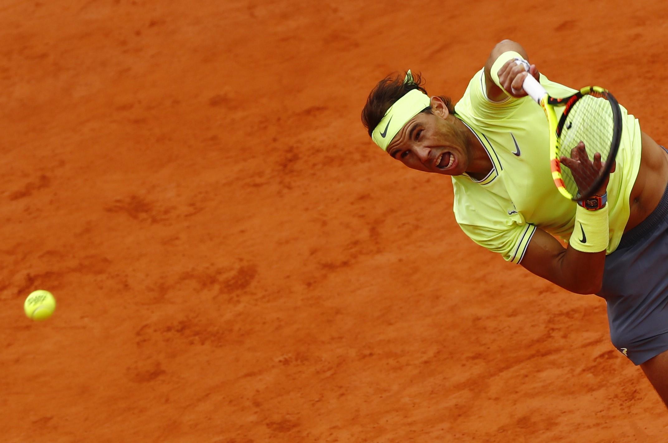 Nadal saca na partida contra Federer