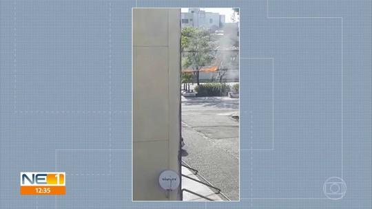 Fios da rede elétrica pegam fogo, assustando moradores de Jaboatão