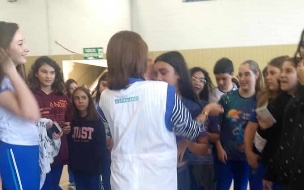Professora teve que consolar algus alunos que choraram por conta de sua saída — Foto: Reprodução/Facebook-Sesi