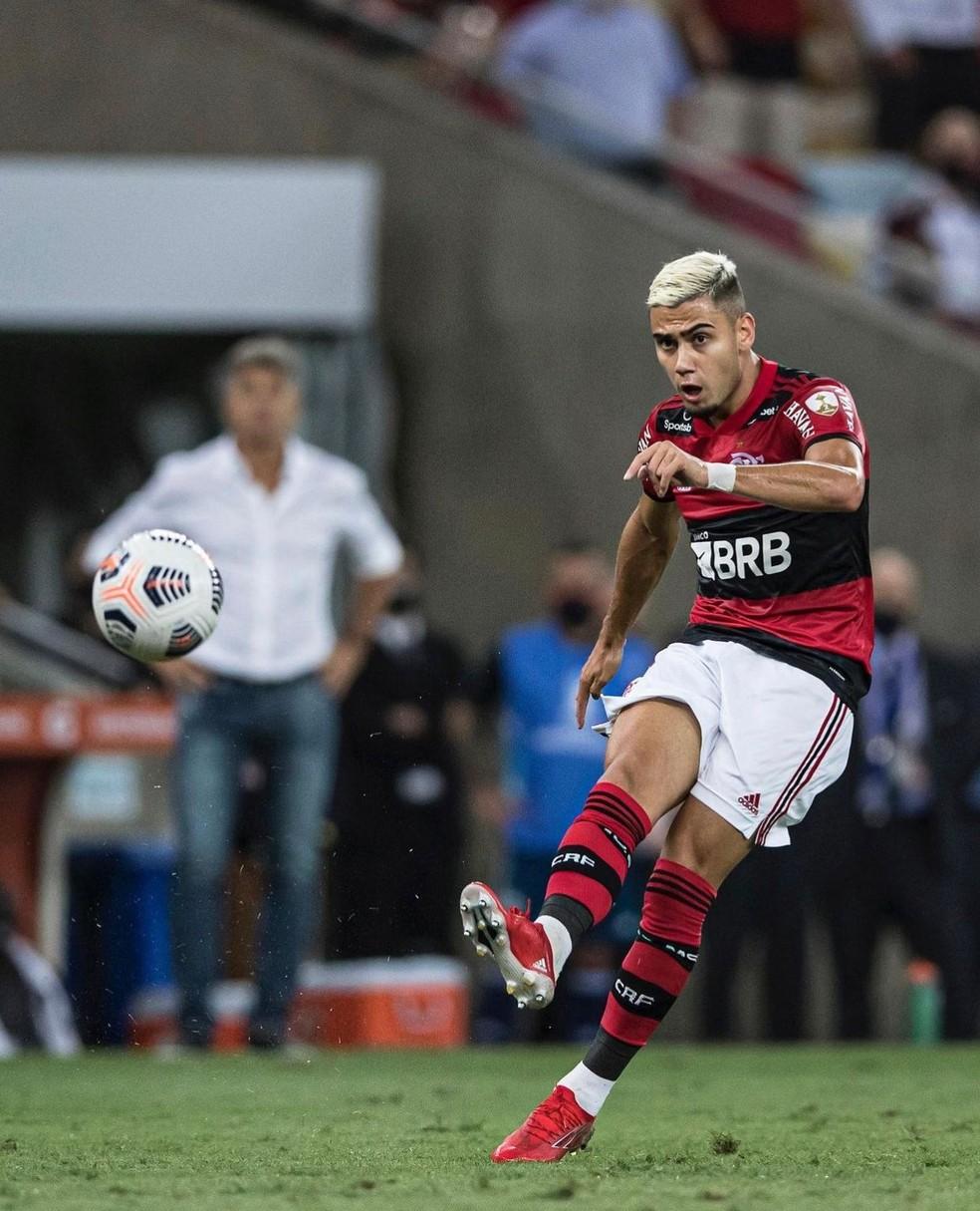 Andreas Pereira faz lançamento longo observado por Renato em jogo do Flamengo — Foto: André Mourão / Foto FC