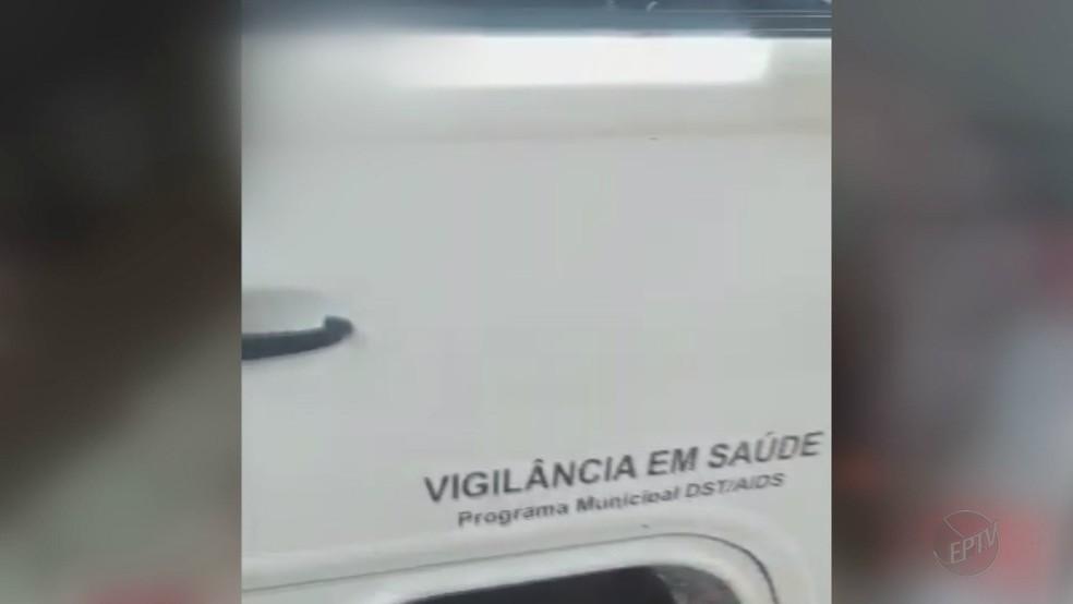 Sem maca e equipamentos de primeiros socorros, viatura do departamento de Vigilância em Saúde foi usada para transportar idoso (Foto: Reprodução/EPTV)