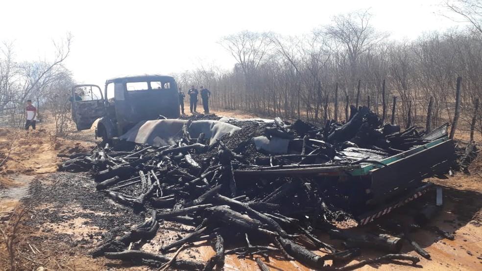 Caminhão ficou destruído após ter sido incendiado — Foto: Divulgação/Corpo de Bombeiros
