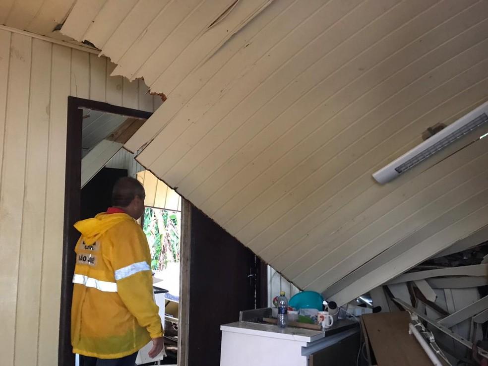 Muro atingiu estrutura da casa em São José — Foto: Graciela Andrade/ NSC TV