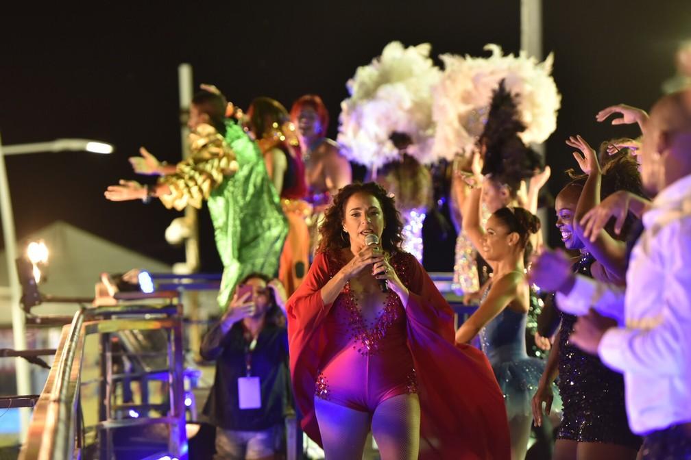 Mulher de Daniela Mercury (ao fundo, de preto) registra desfile da cantora durante o carnaval de Salvador (Foto: Elias Dantas/Ag. Haack)