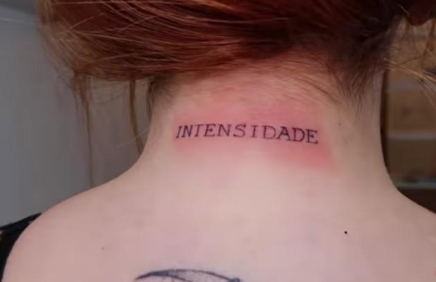"""E a palavra """"intensidade"""" na nuca (Foto: Reprodução)"""
