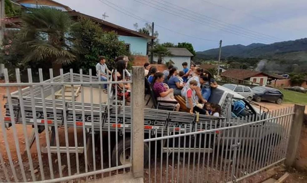 Vítimas de acidente na PR-092, na Região Metropolitana de Curitiba, sentam em cadeiras soltas na carroceria da caminhonete, segundo a PRE — Foto: foto cedida pela PRE