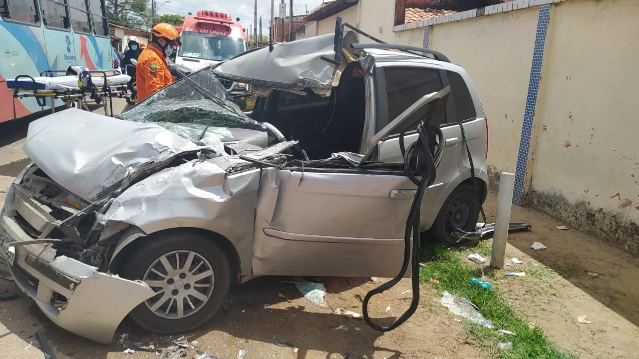 Carro colide com ônibus, e motorista fica ferido no Bairro Aracapé, em Fortaleza
