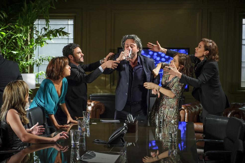 José Alfredo (Alexandre Nero) engole o teste de DNA e todos tentam impedi-lo - 'Império' — Foto: Alex Carvalho/Globo