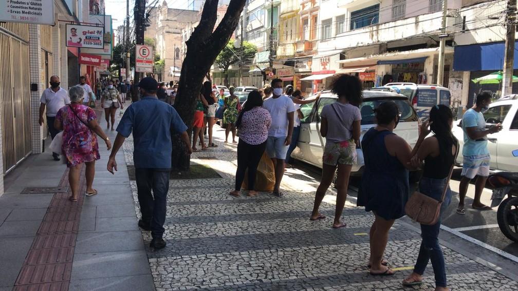 Movimento na Avenida Sete, em Salvador, é intenso no primeiro dia de reabertura do comércio de rua — Foto: Renan Pinheiro/TV Bahia