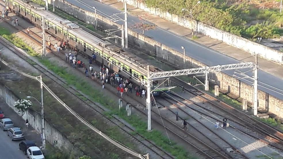 Passageiros caminham ao saltar de trem na Linha Sul do Metrô do Recife, nesta quinta-feira (22) — Foto: Arthur Santos/WhatsApp