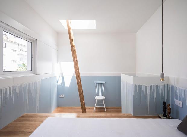 Uma escada leva a laje da cama (Foto: Paolo Moreira/ Reprodução)
