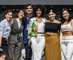 As protagonistas de 'As Five' com o autor da série, Cao Hamburger | TV Globo