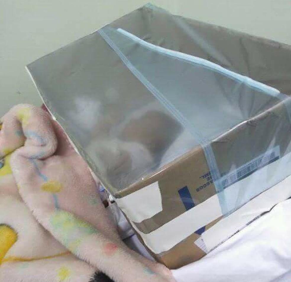 Sem vaga de UTI pediátrica, equipe de enfermagem improvisou tenda com caixa de papelão em Santa Bárbara d'Oeste (Foto: Ariany Duarte/Arquivo pessoal)