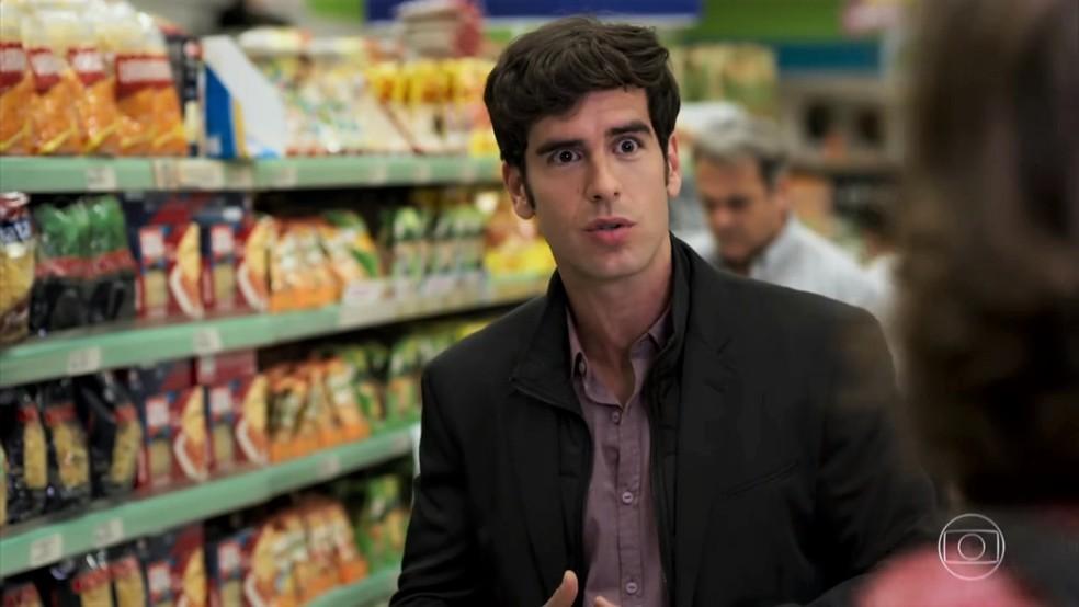 Felipe (Marcos Pitombo) fica confuso com a bronca de Francesca (Marisa Orth) - 'Haja Coração' — Foto: Globo
