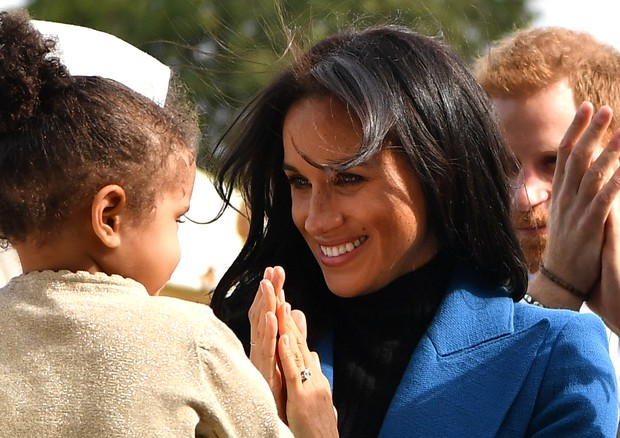 LONDON, ENGLAND - SEPTEMBER 20: Meghan, Duchess of Sussex interacts with a young girl at an event to mark the launch of a cookbook with recipes from a group of women affected by the Grenfell Tower fire at Kensington Palace on September 20, 2018 in London, (Foto: Getty Images)