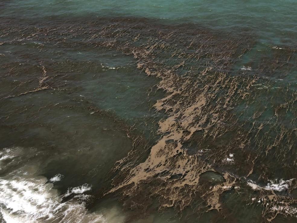 Mancha que parece óleo surgiu no mar na região turística de Pipa, no RN — Foto: Cedida