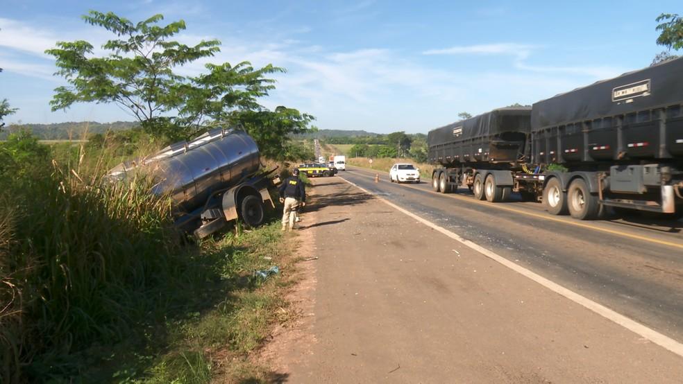 Trânsito foi controlado na região enquanto a vítima do acidente recebia atendimento médico em RO — Foto: PRF/Divulgação