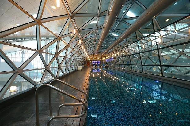 No Aeroporto internacional de Hamad, no Qatar, os passageiros podem usar a piscina de 25 metros (Foto: Reprodução/Instagram)
