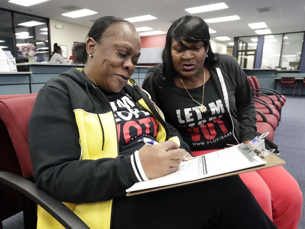 Na foto, de 8 de janeiro de 2019, a ex-presidiária Yolanda Wilcox preenche formulário para se registrar como eleitora em Orlando, na Flórida. — Foto: John Raoux/AP