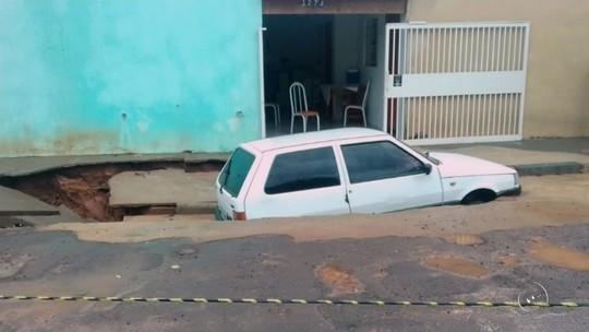 Carro é 'engolido' por cratera após chuva forte em Jales
