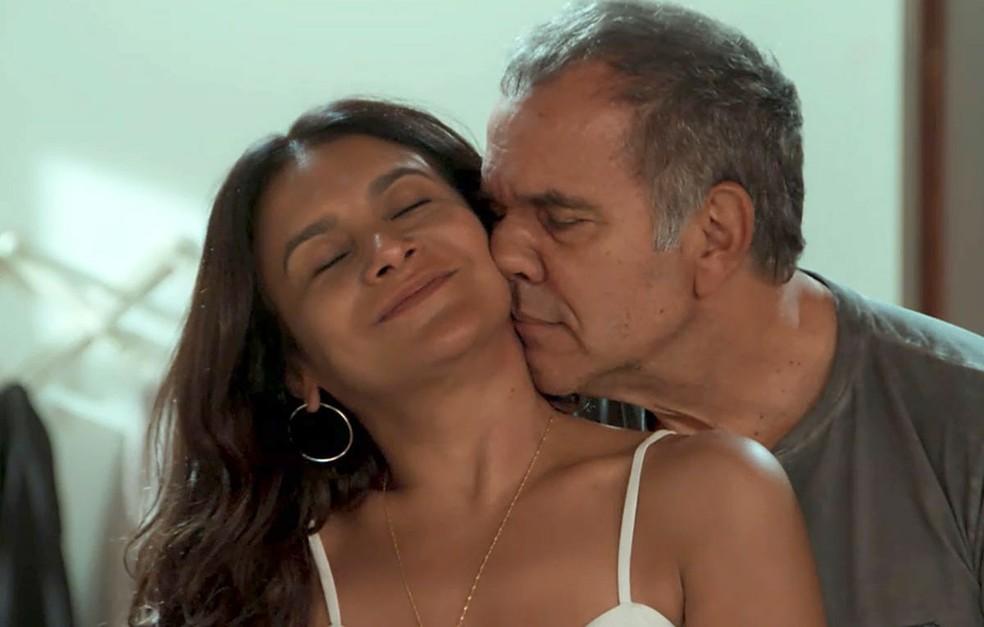 Herculano (Humberto Martins) e Janaína (Dira Paes) são vítimas de Jerônimo (Jesuíta Barbosa), em 'Verão 90' — Foto: TV Globo