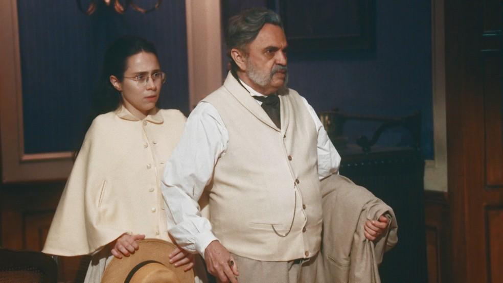 Dolores (Daphne Bozaski) e Eudoro (José Dumont) se surpreendem ao chegar na casa de Tonico (Alexandre Nero) em 'Nos Tempos do Imperador' — Foto: Globo