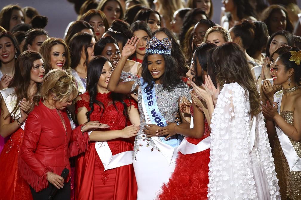Toni-Ann Singh, da Jamaica, é coroada a nova Miss Mundo em cerimônia em Londres na noite de sábado (14) — Foto: Joel C Ryan/Invision via AP
