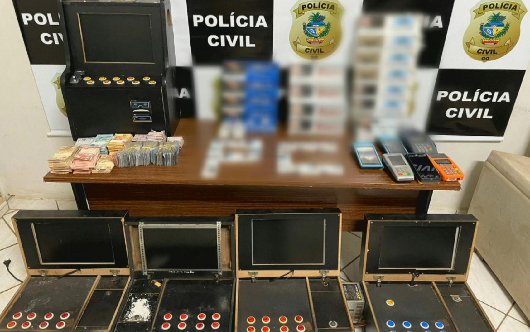 Policiais acham R$ 80 mil escondidos em freezer de bar investigado por ter jogos de azar e vender açaí com rebite para caminhoneiros