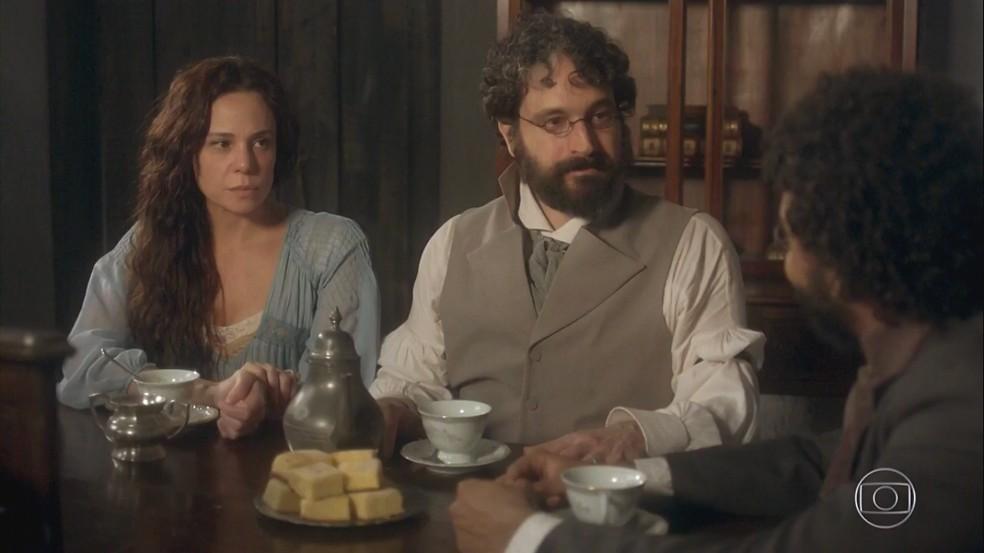 Peter (Caco Ciocler) e Amália (Vanessa Gerbelli) alertam Libério (Felipe Silcler) que Sebastião (Roberto Cordovani) é um homem muito perigoso. Em 'Novo Mundo' — Foto: TV Globo