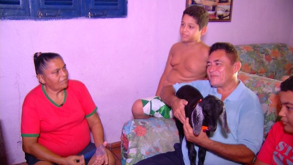 Cabra Sofia é mimada pelos donos como se fosse uma criança (Foto: Almir Morais/Reprodução/Inter TV Costa Branca)
