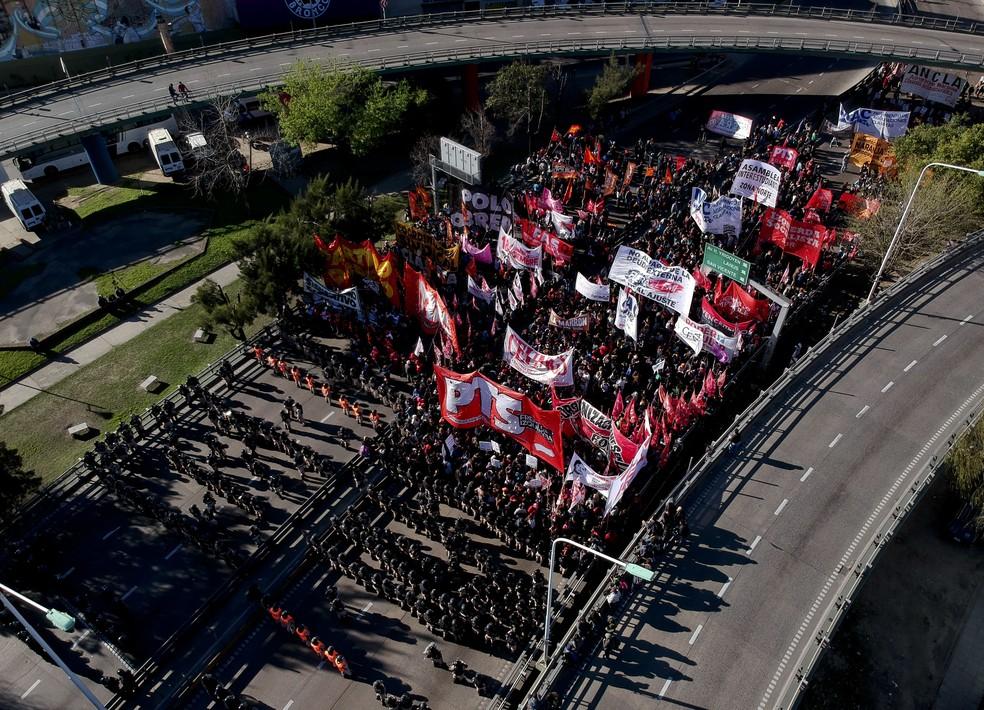 Quarta greve geral contra a política econômica do governo de Mauricio Macri foi convocada pela principal central sindical da Argentina — Foto: Natacha Pisarenko/AP Photo/