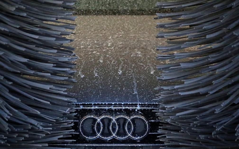 Veículo com motor a diesel da Audi é visto em lava-rápido nesta terça-feira (16), em Hanau, na Alemanha — Foto: Kai Pfaffenbach/Reuters