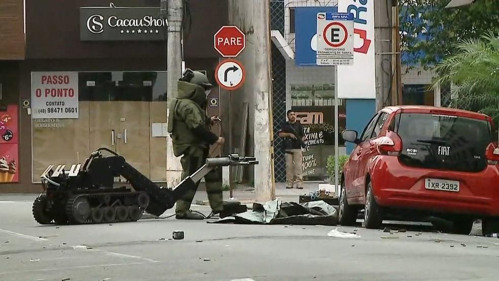 Esquadrão antibombas retira artefato suspeito deixado por criminosos em Criciúma — Foto: Reprodução/ NSC TV