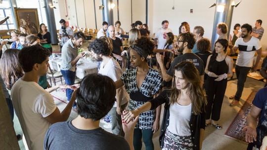 Descobrindo 'Novo Mundo': elenco tem aula de etiqueta e costumes de época
